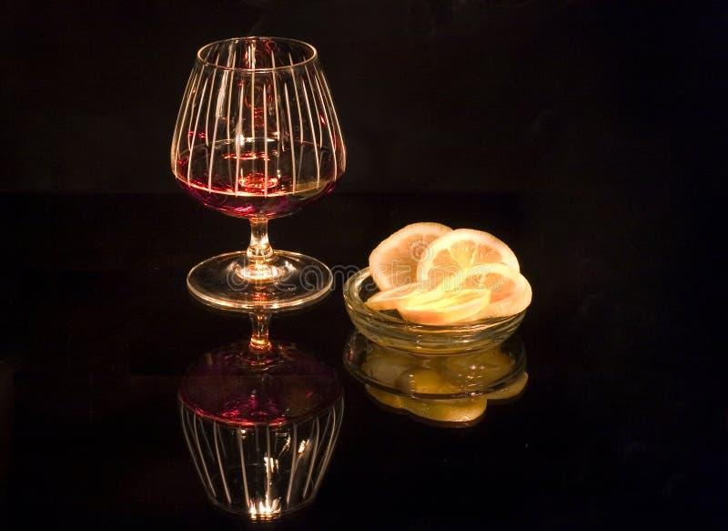 Cognac met weerspiegelde citroen royalty-vrije stock afbeelding