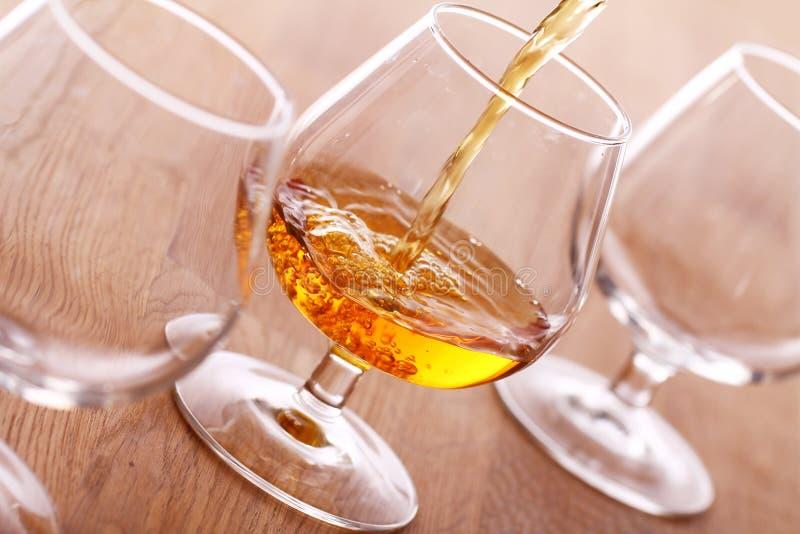 Cognac pleuvant à torrents dans la glace images stock