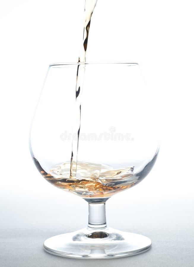 Cognac pleuvant à torrents dans la glace image stock