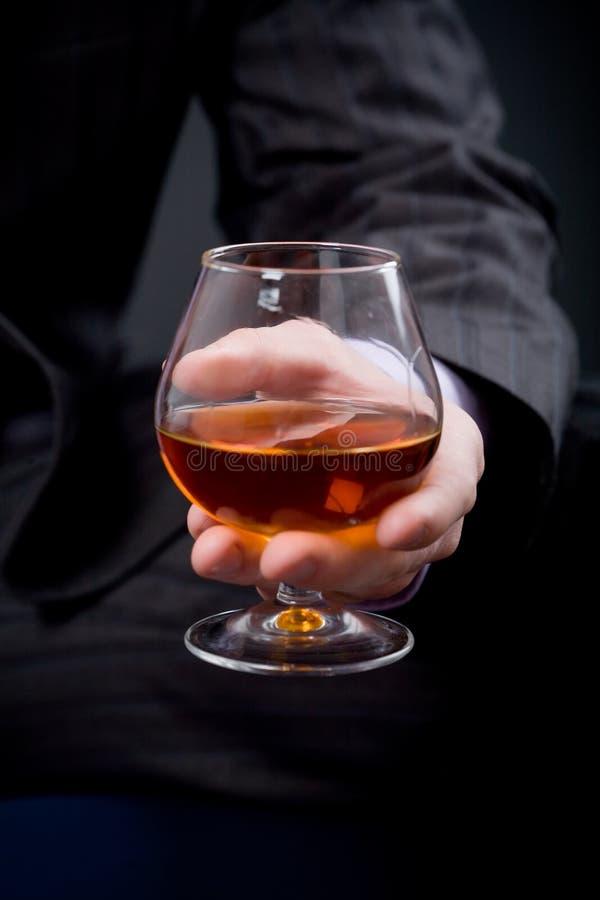 cognacexponeringsglashand royaltyfri foto