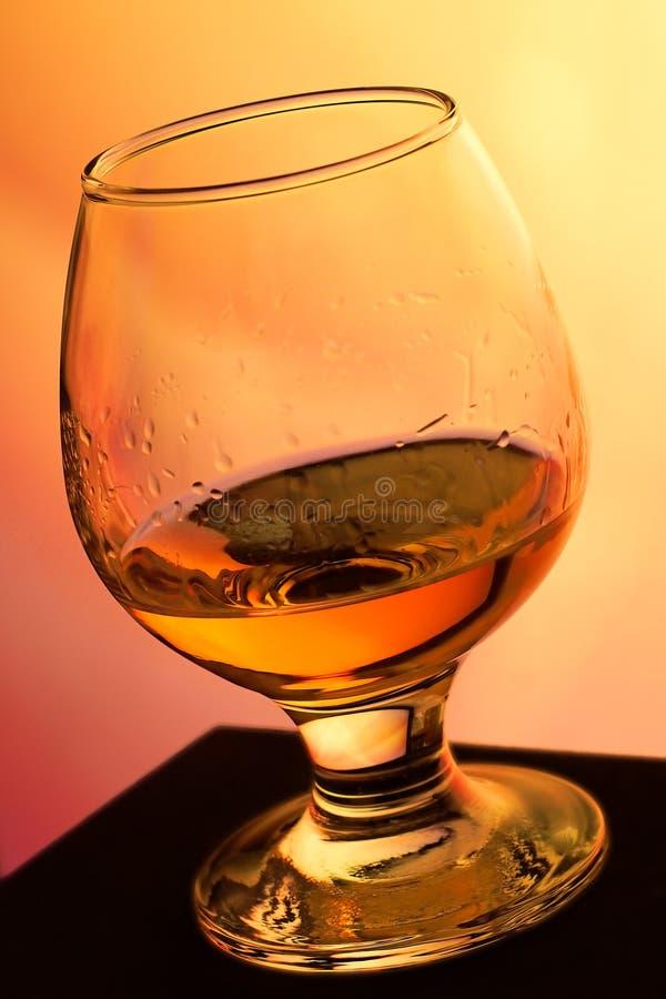 Cognacglas met cognac stock foto's