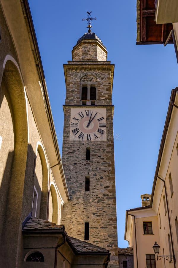 COGNE, ITALY/EUROPE - 26 OTTOBRE: Vista del ` Orso Church Towe di Sant immagini stock libere da diritti
