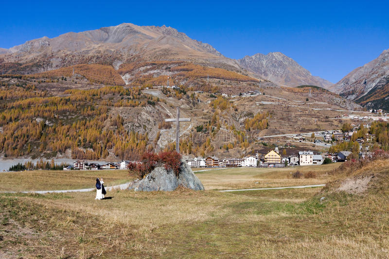 COGNE, ITALY/UK - 26 OCTOBRE : Nonne prenant une photographie du Cr images stock