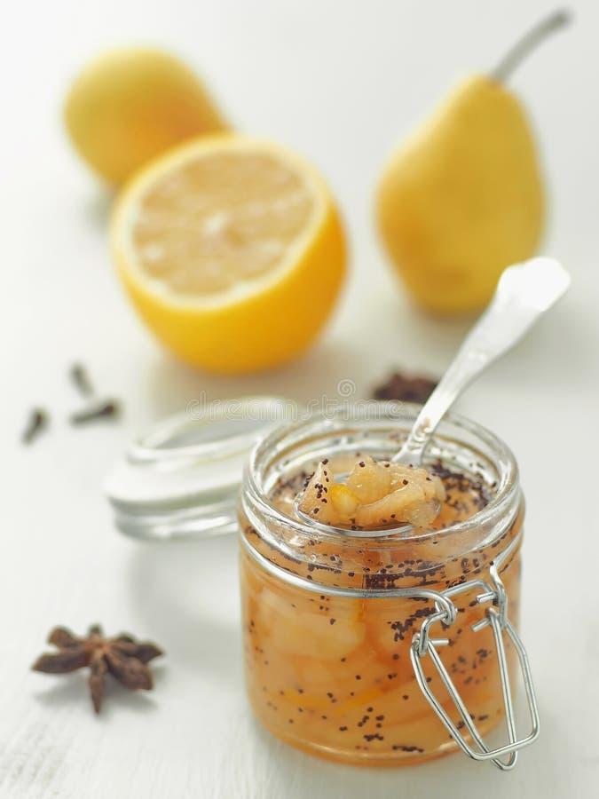 Cognez complètement de la poire et les clous de girofle bloquent avec le citron frais vertical images libres de droits