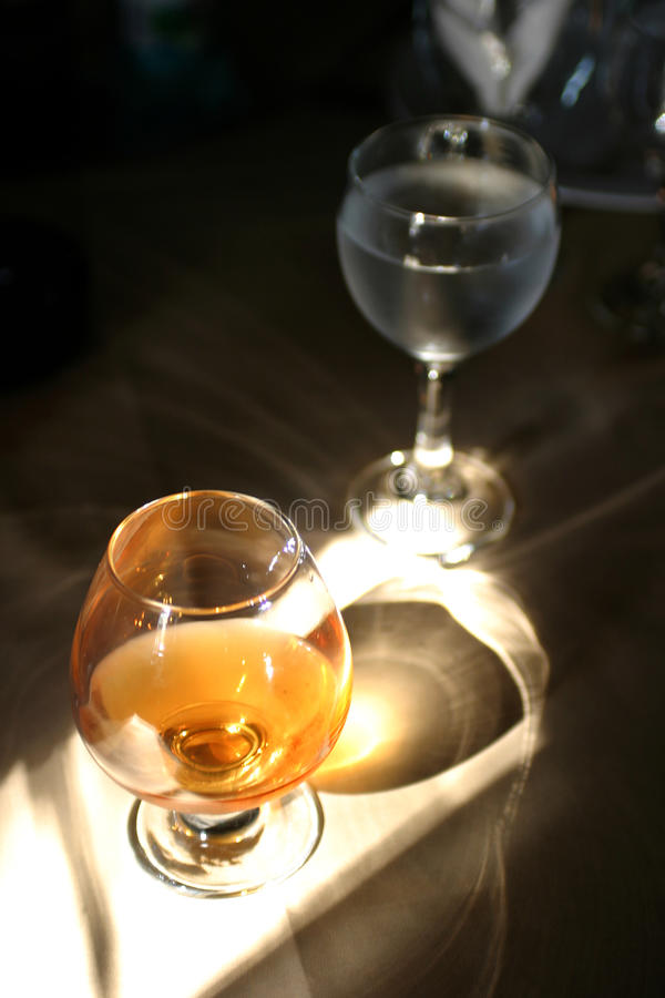 Download Cogniac 库存图片. 图片 包括有 当事人, 食物, 鸡尾酒, 菜单, 黑暗, 波旁酒, 打赌的人 - 30332085