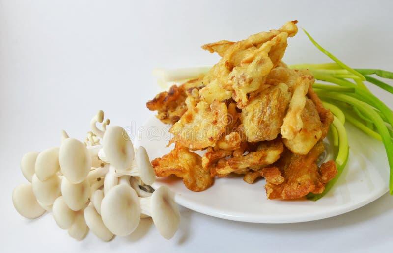 cogumelo de ostra Massa-fritado no prato fotos de stock royalty free