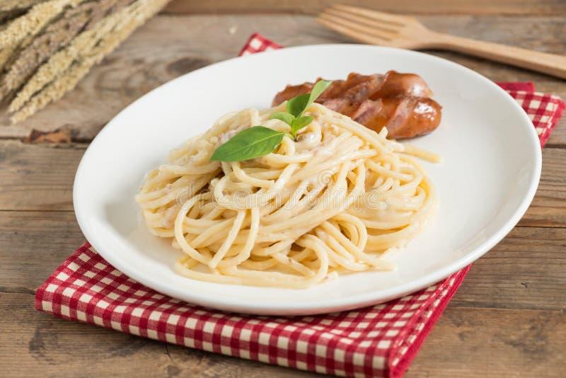 Cogumelo desbastado do molho de creme dos espaguetes com salsicha foto de stock royalty free