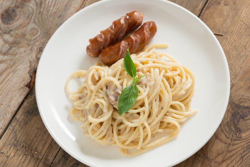 Cogumelo desbastado do molho de creme dos espaguetes com salsicha Vista superior fotos de stock royalty free