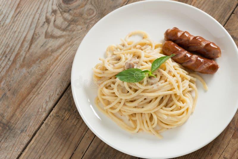 Cogumelo desbastado do molho de creme dos espaguetes com salsicha Vista superior foto de stock royalty free