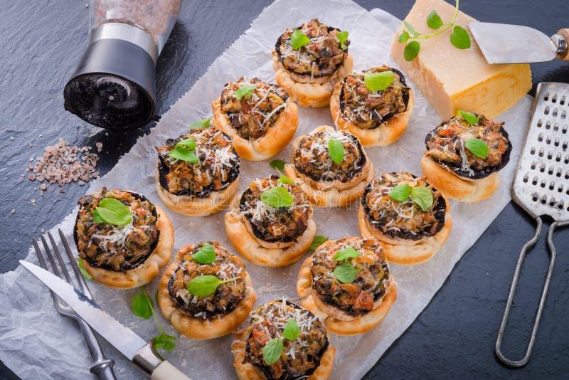 Cogumelos com massa folhada imagens de stock royalty free