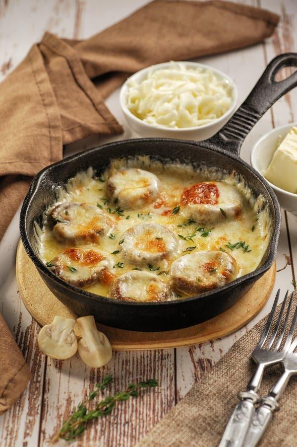 Cogumelos cozidos com queijo foto de stock