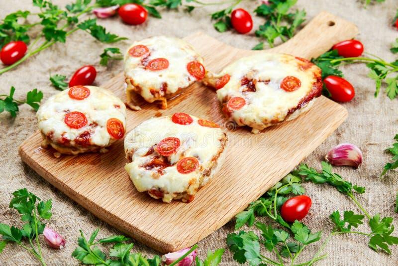 Cogumelos cozinhados enchidos com os tomates do queijo e de ameixa fotos de stock
