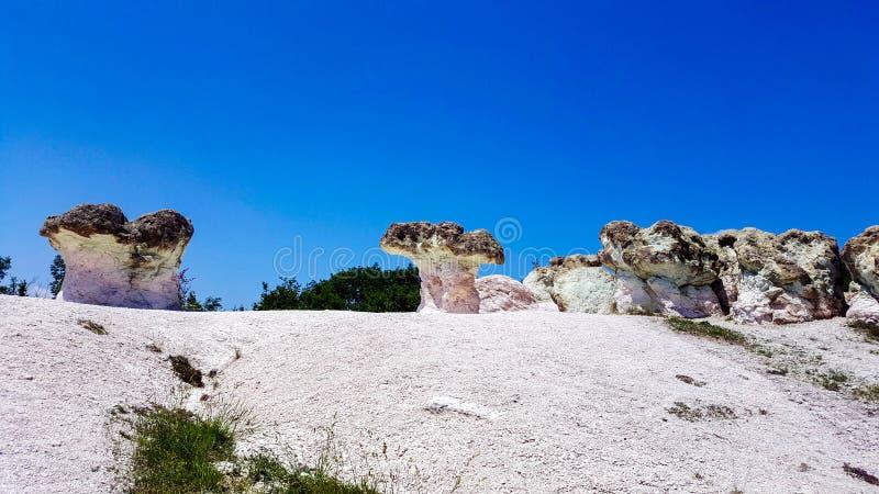 Cogumelos de pedra em Bulgária sob o céu azul imagens de stock royalty free