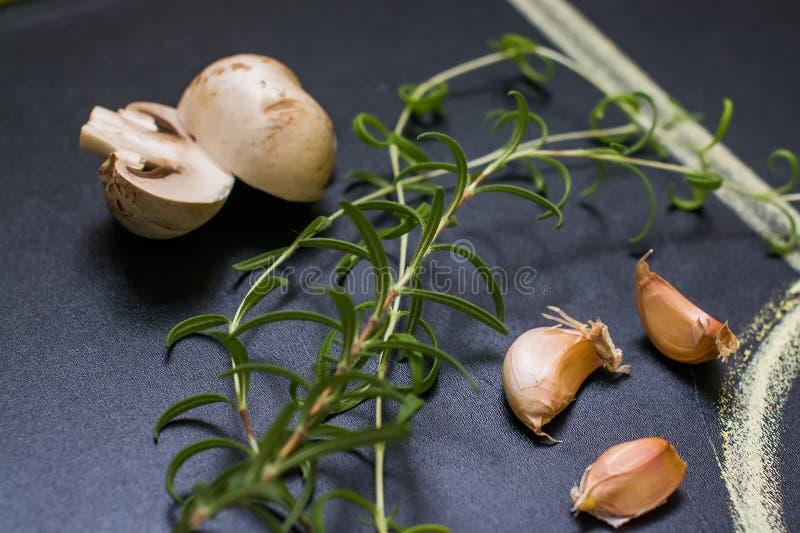 Cogumelos e alecrins, alho fotos de stock royalty free