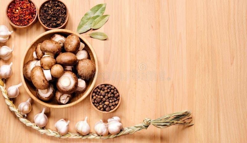 Cogumelos e trança do alho foto de stock royalty free