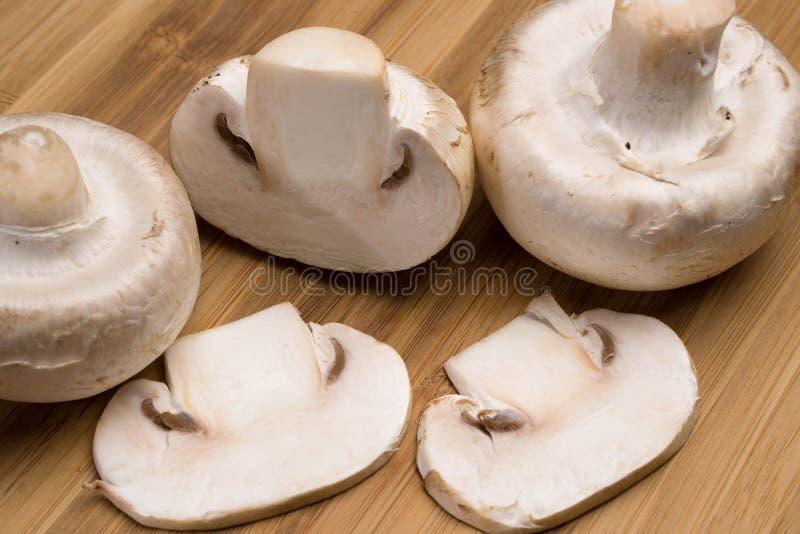 Cogumelos em uma placa de madeira imagem de stock royalty free