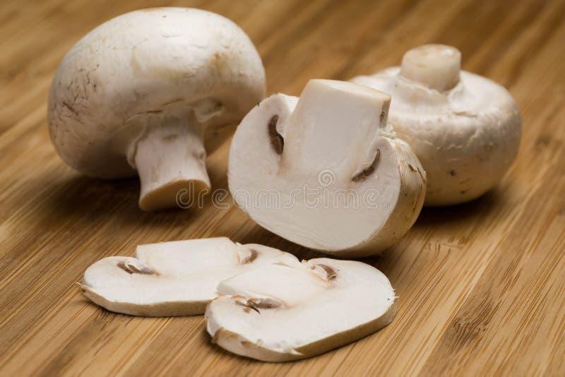 Cogumelos em uma placa de madeira fotografia de stock royalty free