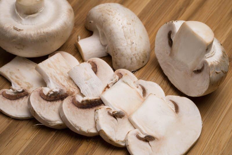 Cogumelos em uma placa de madeira foto de stock