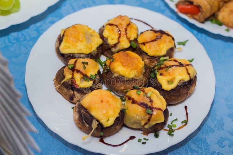 Cogumelos enchidos com carne e queijo fotografia de stock royalty free