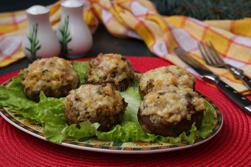 Cogumelos enchidos com mozzarella, vegetais e bulgur imagens de stock royalty free
