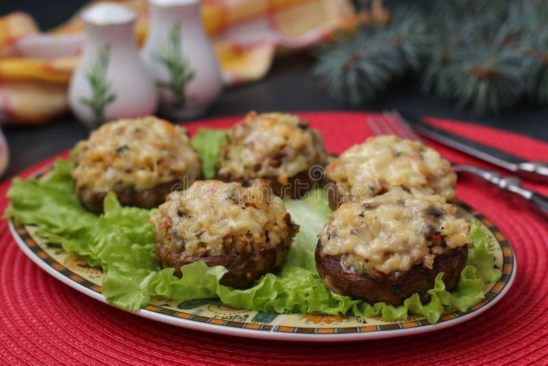 Cogumelos enchidos com mozzarella, vegetais e bulgur imagem de stock
