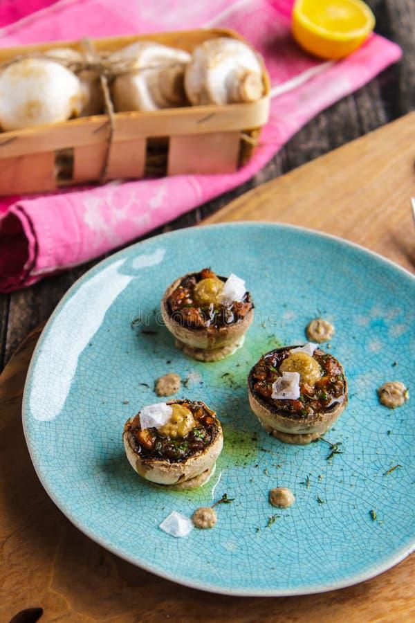 Cogumelos enchidos em uma placa cerâmica de turquesa colocar fotos de stock royalty free