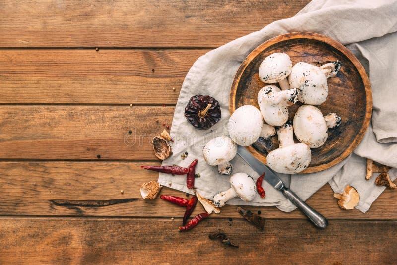 Cogumelos orgânicos frescos do cogumelo no fundo de madeira fotografia de stock