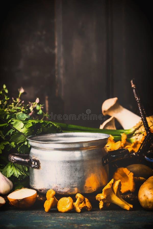 Cogumelos que cozinham com ervas e as primas frescas na mesa de cozinha rústica escura no fundo de madeira fotografia de stock royalty free