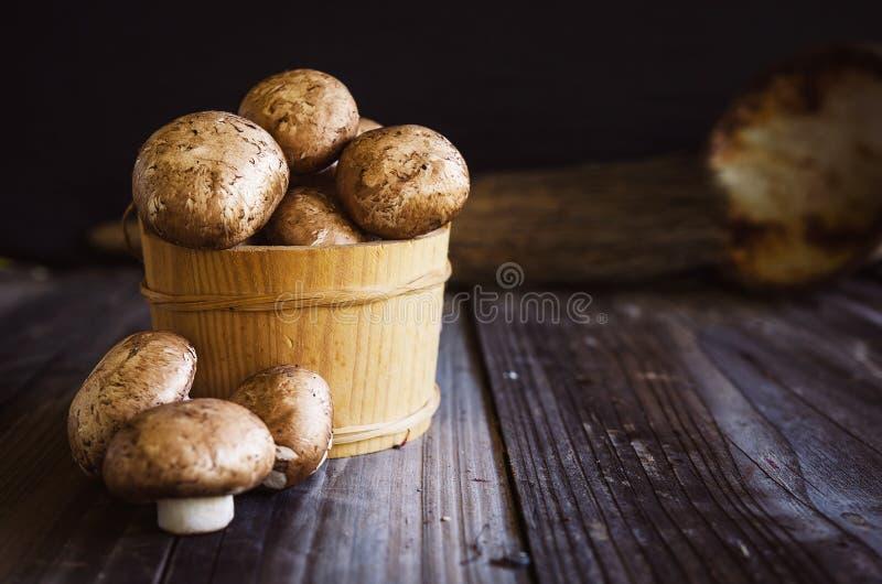 Cogumelos reais crus frescos na tabela rústica de madeira escura Feche acima da vista foto de stock royalty free