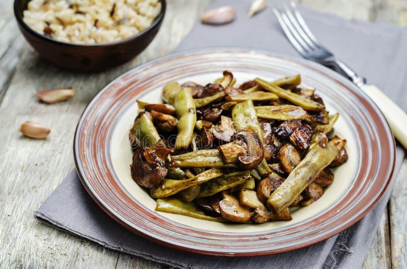 Cogumelos Roasted com os feijões verdes balsâmicos imagem de stock royalty free