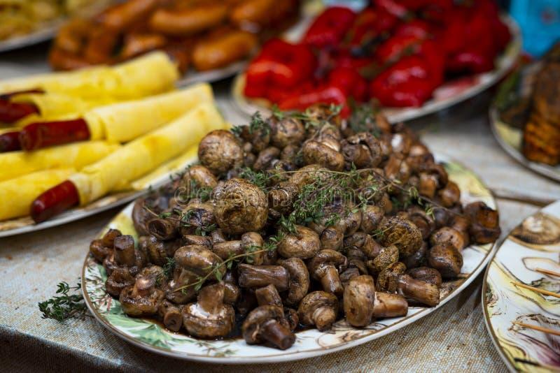 Cogumelos secos em uma placa Festival de Alimentação de Rua foto de stock