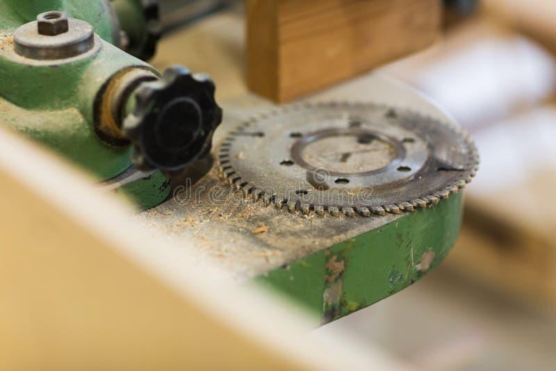 Cogwheel старой машины на мастерской стоковая фотография rf