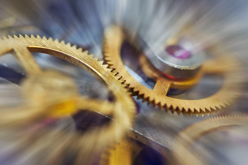 Cogwheels μετάλλων στο μηχανισμό ρολογιών, αφηρημένες ακτίνες ήλιων, Κίνημα έννοιας είναι ζωή, ομαδική εργασία, τεχνολογία ιδέας, στοκ φωτογραφίες