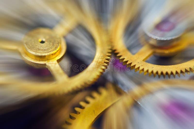 Cogwheels μετάλλων στο μηχανισμό ρολογιών, αφηρημένες ακτίνες ήλιων, Κίνημα έννοιας είναι ζωή, ομαδική εργασία, τεχνολογία ιδέας, στοκ φωτογραφία με δικαίωμα ελεύθερης χρήσης