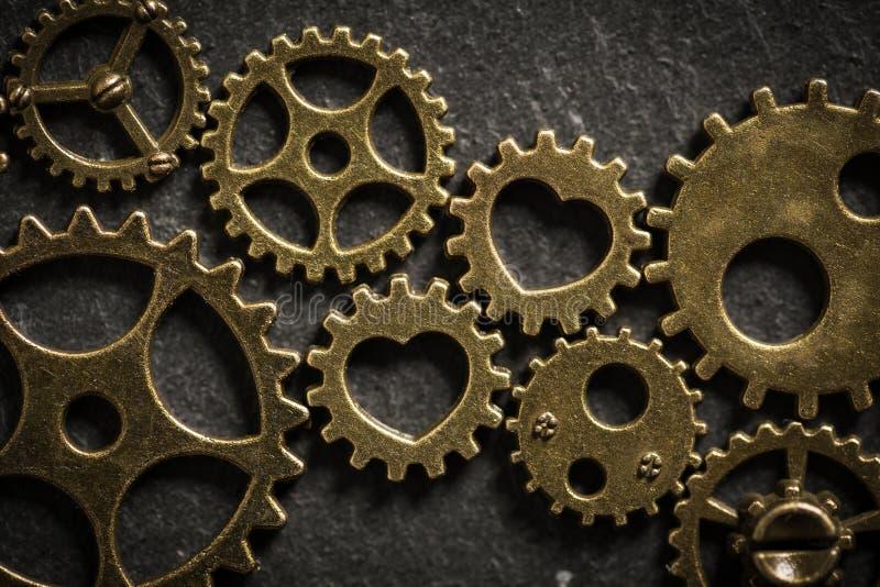 Cogwheels z sercami symbolizuje romantycznego związek oprawia dwa rodziny wpólnie obraz royalty free