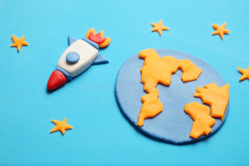 Cohete creativo del plasticine del arte en el espacio abierto, sue?os del astronauta Estrellas, tierra del planeta Arte de la his foto de archivo libre de regalías