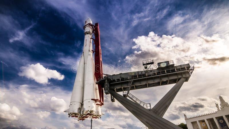 Cohete de espacio en la plataforma de lanzamiento foto de archivo libre de regalías