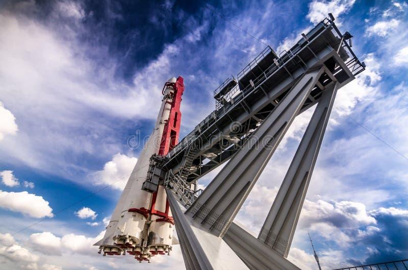 Cohete de espacio en la plataforma de lanzamiento imagenes de archivo