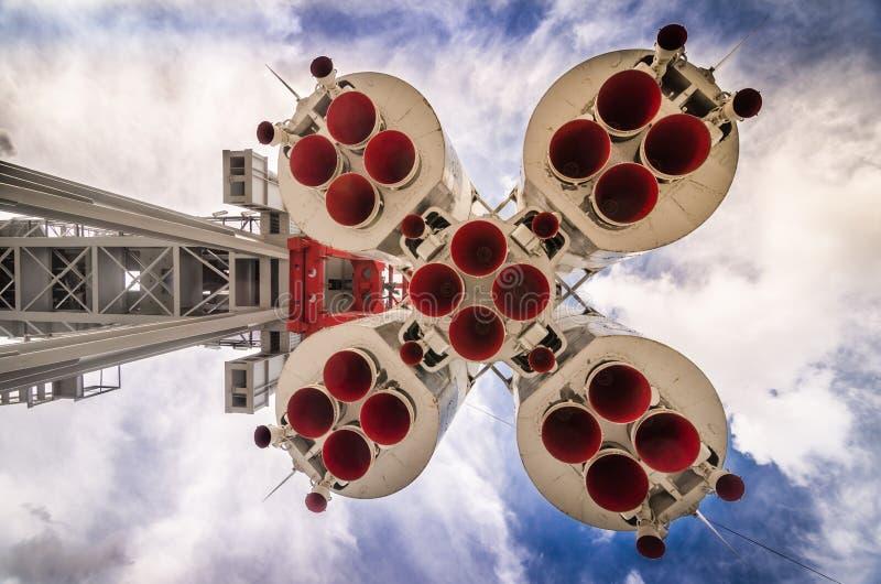 Cohete de espacio en la plataforma de lanzamiento imágenes de archivo libres de regalías