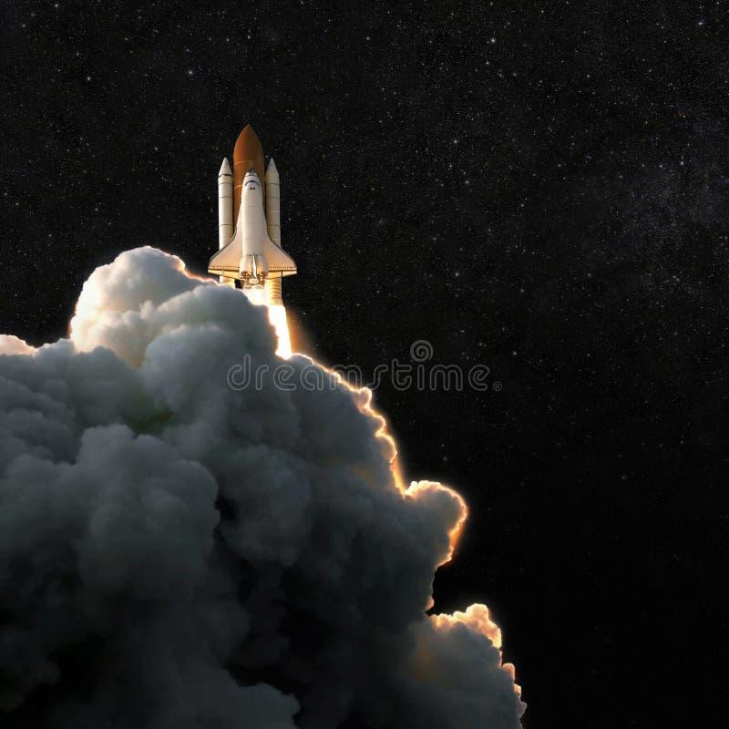 Cohete de la nave espacial y cielo estrellado la nave espacial vuela en ingenio del espacio foto de archivo libre de regalías