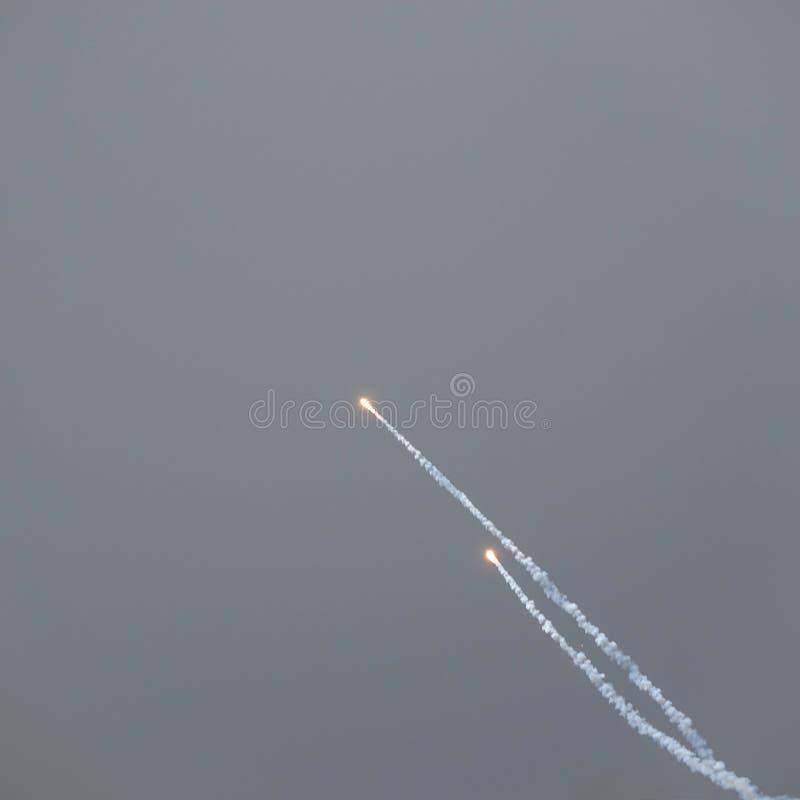 Cohetes de la llamarada de trampa del avión de combate fotos de archivo