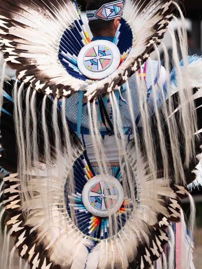 Coiffe et mouvement du prisonnier de guerre wow avec des plumes et des médaillons perlés photo stock
