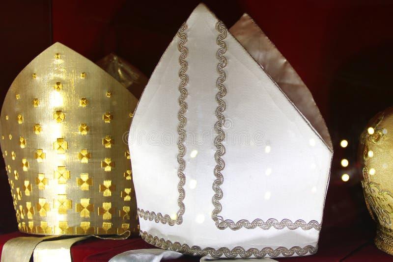 Coiffes des prêtres sur un fond rouge photos libres de droits