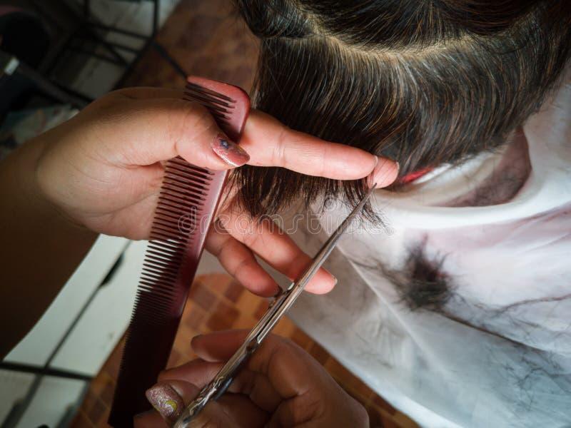 Coiffeur à poils cousus de la femme asiatique photographie stock