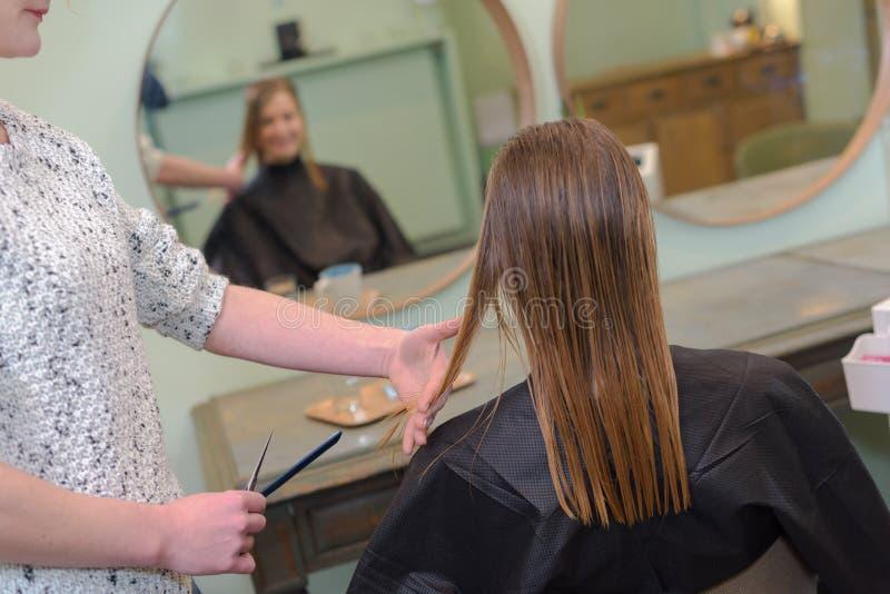 Coiffeur парикмахера крупного плана делает стиль причёсок стоковая фотография