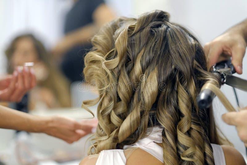 Coiffeur парикмахера крупного плана делает стиль причёсок стоковое фото rf