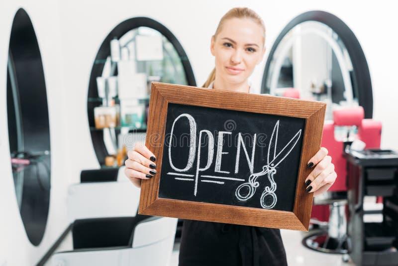 coiffeur attirant montrant le signe photographie stock