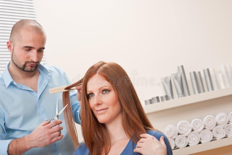 Coiffeur coupé avec des ciseaux au salon photos stock