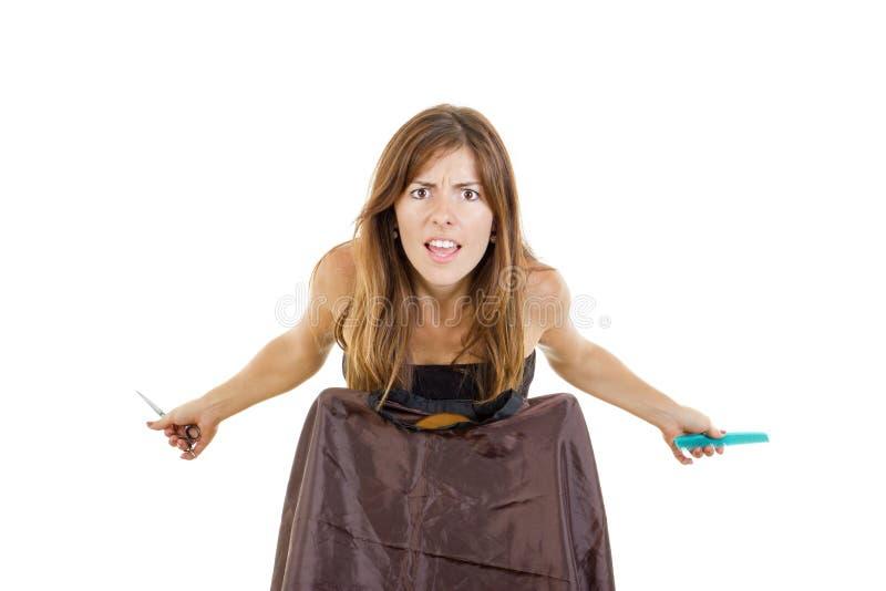 Coiffeur féminin déçu avec l'attente de peigne et de ciseaux photographie stock