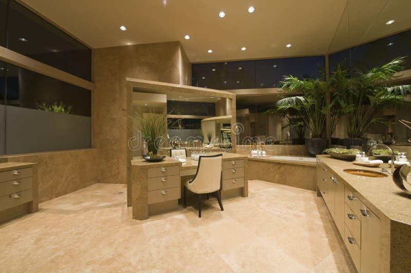 Coiffeuse dans la salle de bains spacieuse image stock - Coiffeuse salle de bain ...
